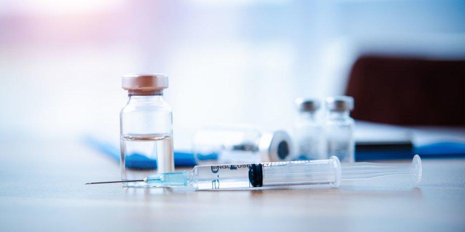 Ärztin bereitet Corona-Impfung vor