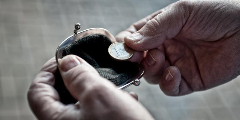 Mann mit letztem Euro im Portemonnaie