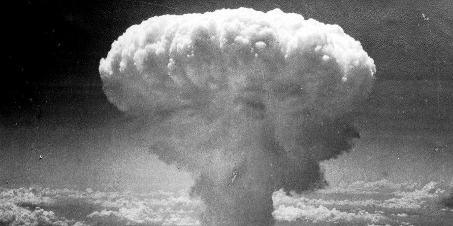 """Schwarz-Weiß-Bild eines """"Atompilzes"""" nach einem Atombombenabwurf"""