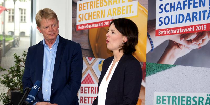 DGB-Vorsitzender Reiner Hoffmann und Grünen-Vorsitzende Annalena Baerbock gemeinsam vor Mikrofon