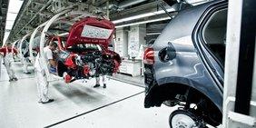 Arbeiter am Fließband bei Volkswagen