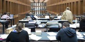 Bildung: Blick in den Lesesaal des Jacob und Wilhelm Grimm-Zentrums Berlin