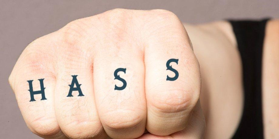 """Faust mit Schrift """"Hass"""" auf den Fingern"""