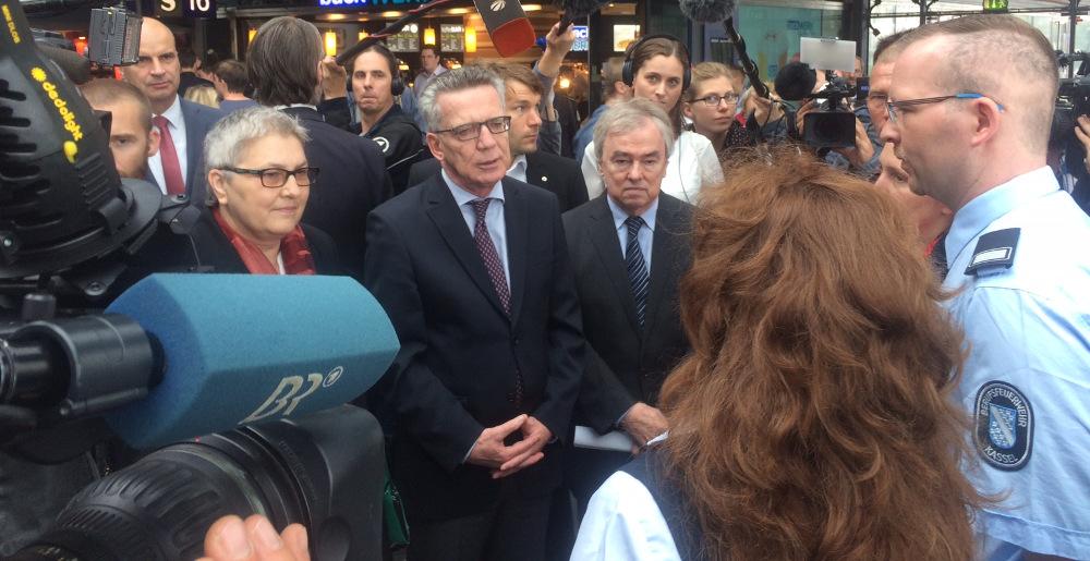 DGB-Vize Elke Hannack, Bundesinnenminister Thomas de Maizière und Klaus Dauderstädt vom dbb mit Beschäftigten der Berufsfeuerwehr.