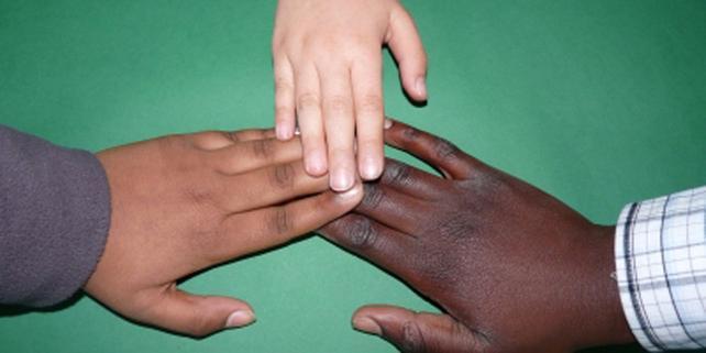 Hände verschiedener Hautfarben (Dieter Schütz/pixelio.de)