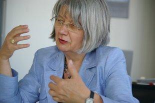 Ingrid Sehrbrock, Stellvertretende Vorsitzende des Deutschen Gewerkschaftsbundes. Porträt sitzend