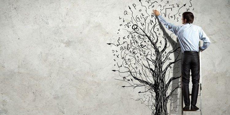 Junger Geschäftsmann skiziiert einen Baum an die Wand