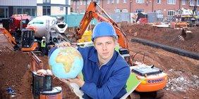 Totale einer Baustelle; darüber gelegt das Bild eines Bauarbeiters mit einem Globus in der Hand