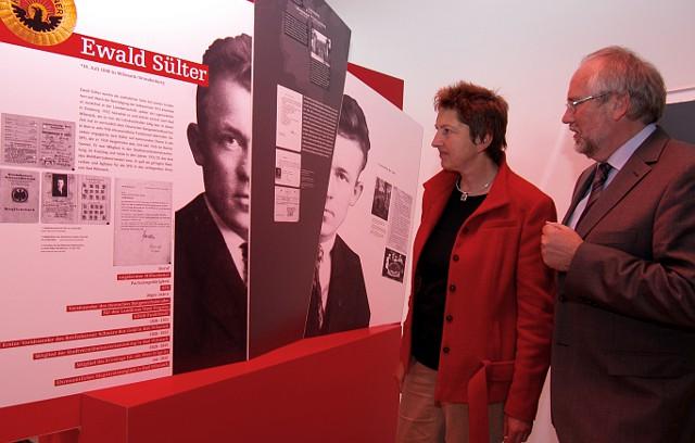DGB-Vorstand Annelie Buntenbach und Günter Morsch (Leiter Gedenkstätte Sachsenhausen) vor der Gedenktafel des Gewerkschafters Ewald Sülter