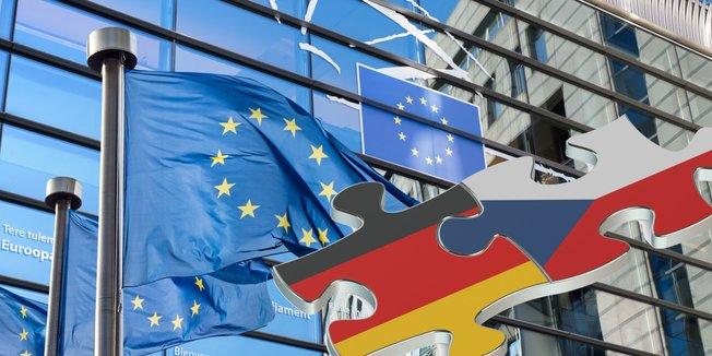 Fassade des Europäischen Parlaments mit EU-Fahnen; in der rechten unteren Ecke des Bildes eingefügt: eine Zeichnung von zwei ineinandergreifenden Puzzle-Teilen in den Farben der deutschen und tschechischen Flagge