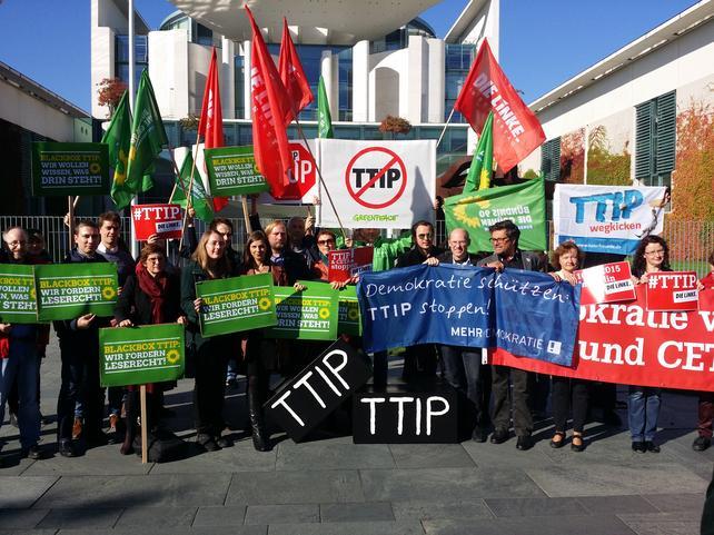 TTIP-Protestaktion von Bundestagsabgeordneten vor dem Kanzleramt