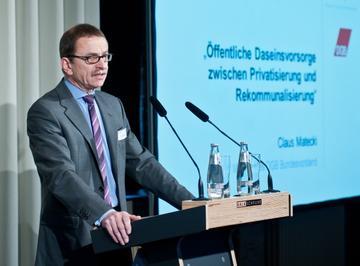 DGB-Vorstandsmitglied Claus Matecki spricht bei der Fachtagung zur Rekommunalisierung