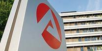 Das Logo der Bundesagentur für Arbeit vor einem Plattenbau