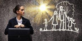 Frau im Business-Look mit Aktentasche schut auf Zeichnung von einer Familie