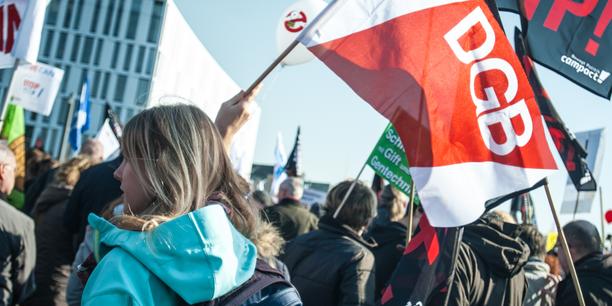 Frau mit DGB-Flagge auf Demo