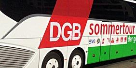 """Seitenansicht eines Reisebusses mit der Aufschrift """"DGB Sommertour"""""""