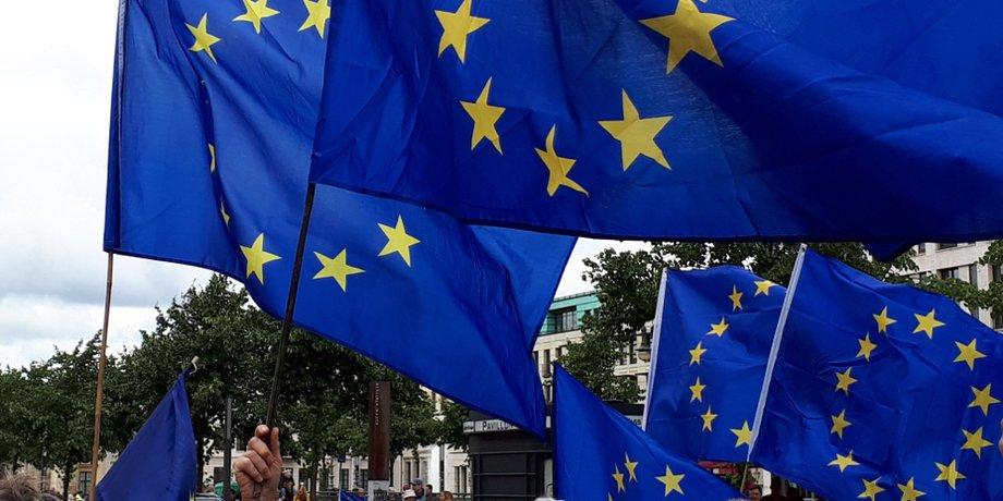 Mehrere Europafahnen wehen auf einer Demonstration im Wind