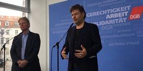 Reiner Hoffmann und Robert Habeck im Foyer des DGB