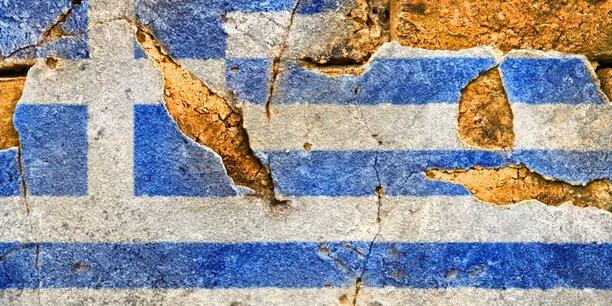 Aufgemalte Flagge Griechenlands auf zerbröckelnder Mauer
