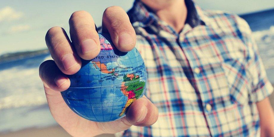 Mann mit Weltkugel in der Hand
