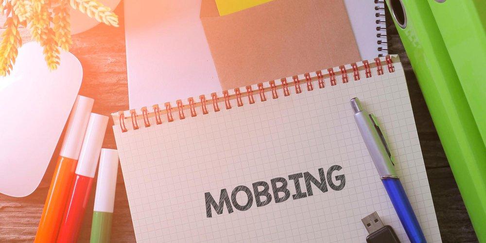 """Büroutensilien und Block mit Schrift """"Mobbing"""""""