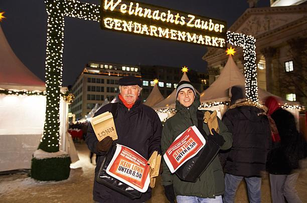 Weihnachtsmarkt an der Oper in Berlin - DGB verteilt Lohntüte