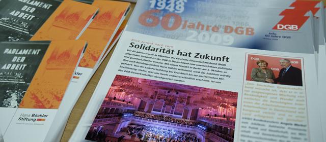 """Stapel der Broschüren mit dem Titel """"60 Jahre DGB"""" und """"Parlament der Arbeit"""""""
