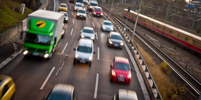 Lkw und Pkw auf Autobahn