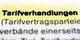 """Symbolbild zum Thema """"Tarifverhandlungen"""", Foto des Wortes """"Tarifverhandlungen"""" in einer Textzeile"""