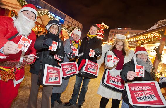 Mindestlohnaktion auf dem Weihnachtsmarkt am Berliner Alexanderplatz