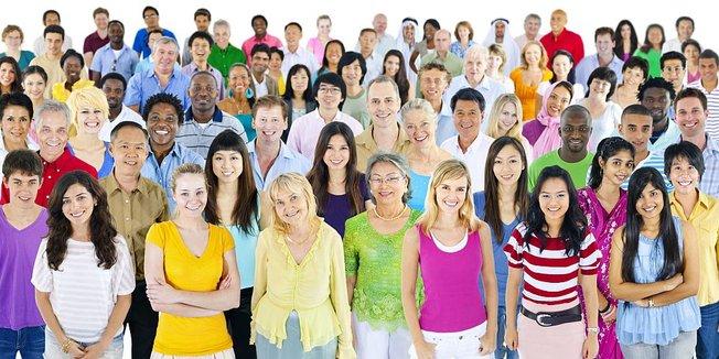 Viele verschiedene Menschen in einer großen Gruppe