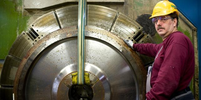 Arbeiter an Maschine