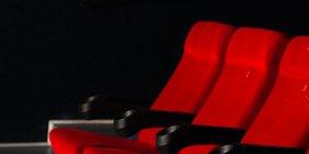leere rote Kinosessel in einem Kinosaal