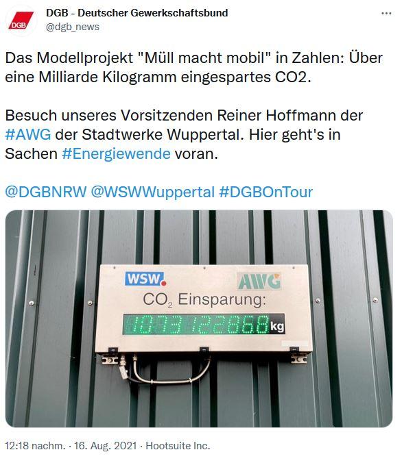 Ein Bild zur Sommerreise 2021 vom DGB-Vorsitzenden Reiner Hoffmann. Eine digitale Anzeige, die Einsparung von CO2 durch das Recyceln des Mülls in Wasserstoff eingespart wird.
