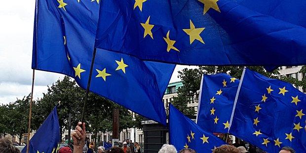 Mehrere EU-Fahnen wehen auf Demonstration im Wind