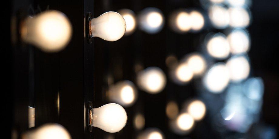 Wand mit vielen Glühbirnen