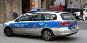 Deutsches Polizeiauto in einer Innenstadt