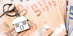 Hausschlüssel liegt auf Geldscheinen