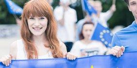 Junge Menschen auf Demo mit EU-Fahnen