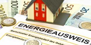 Ein Miniaturhaus (Modell) steht auf einem Energieausweis-Formular