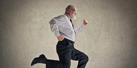 Älterer Mann mit Hemd und Schlips ist in Eile