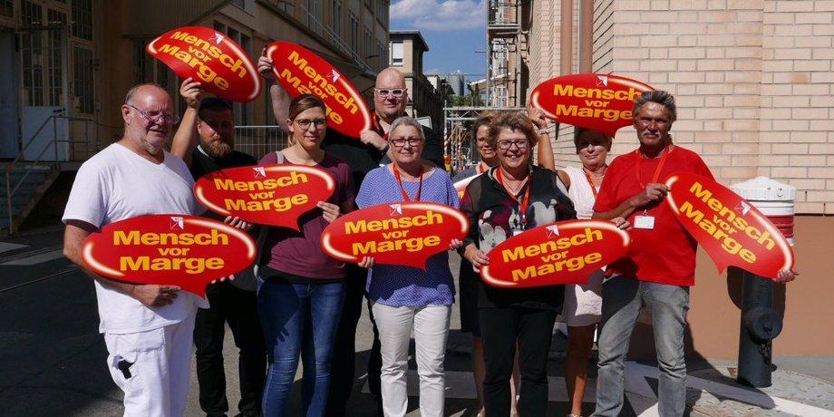 """DGB-Sommertour 2018: """"Mensch vor Marge!"""" DGB-Vize Elke Hannack mit Maggi Betriebsrat und KollegInnen im Werk Singen. Nestle schlägt harten Sparkurs ein - zu Lasten der Beschäftigten."""
