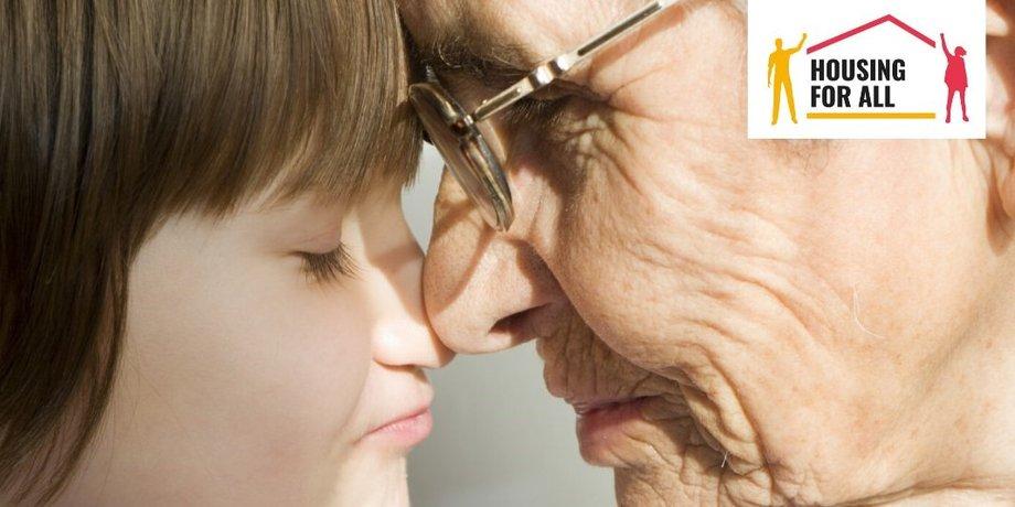 Nahaufnahme von jungem Kind und älterer Frau; Köpfe nah beieinander
