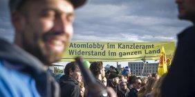 Menschen bei einer Demonstration mit einem gelben Banner