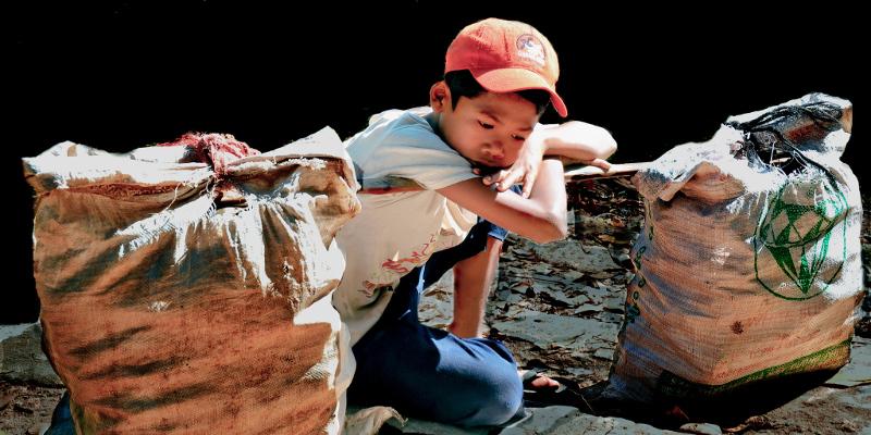 Kind in Vietam ruht von der Arbeit aus