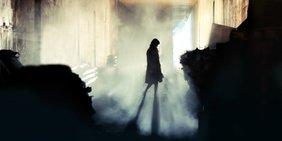 Menschliche Silhouette in einer Ruine im Zwielicht