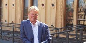 Reiner Hoffmann vor dem Schloss Schwerin Mecklenburgischer Landtag 2019