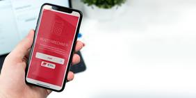 Smartphone in Hand: Rentenrechner