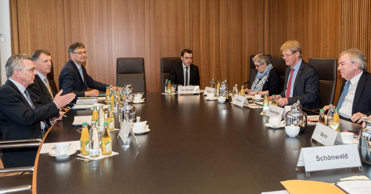 Spitzengespräch Bundesinnenministerium / DGB; TeilnehmerInnen an Konferenztisch