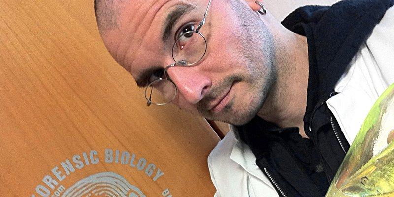 """Portrait Dr. Mark Benecke (mit weißem """"Laborkittel"""")"""